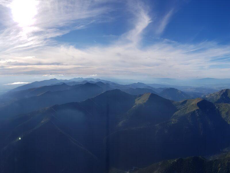 Zdjęcie z fali w kierunku zachodnim wewnątrz masywu Tatr. Na niebie cirrusy.