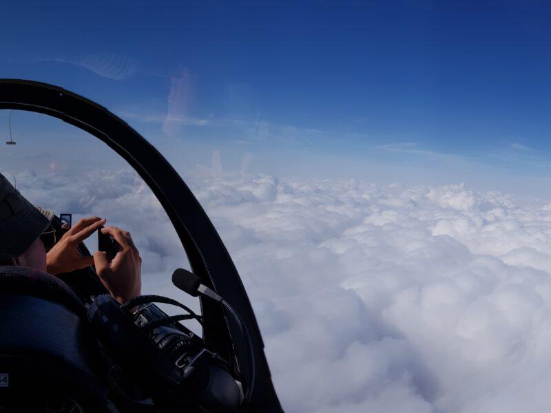 Zdjęcie ASH nad pełnym pokryciem chmurami.