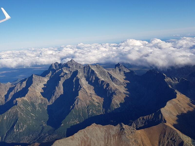 Zdjęcie zachmurzenia nad Tatrami Wysokimi w kierunku wschodnim. Łomnica.